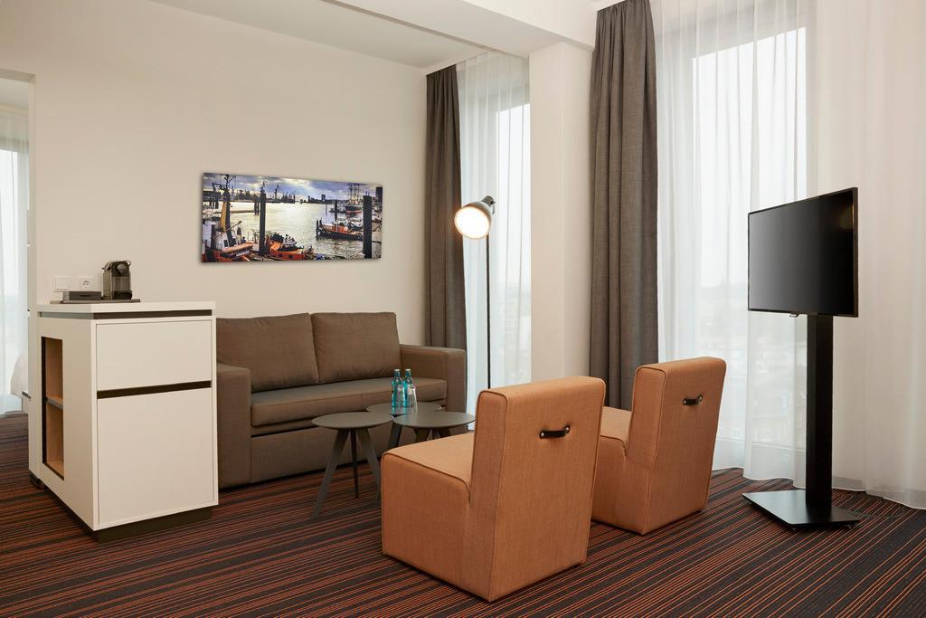 zimmer-suite-sofaecke-01-hyperion-hotel-hamburg