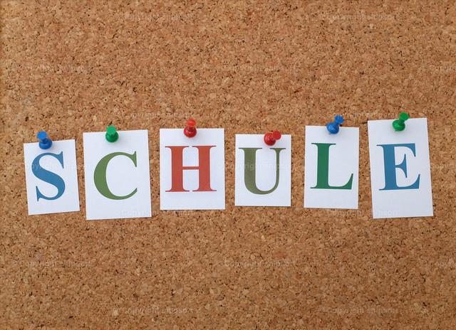 Korkbrett mit den Buchstaben Schule