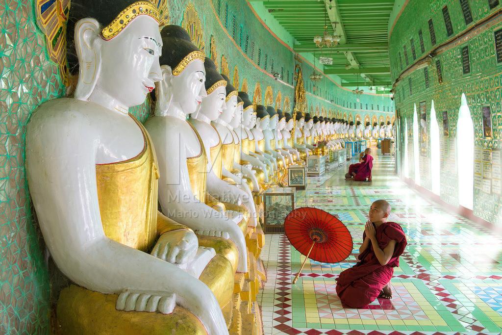 MW0314-8401 | Fotoserie DER ROTE SCHIRM | Mönche im buddhistischen Tempel auf dem Sagaing Hill