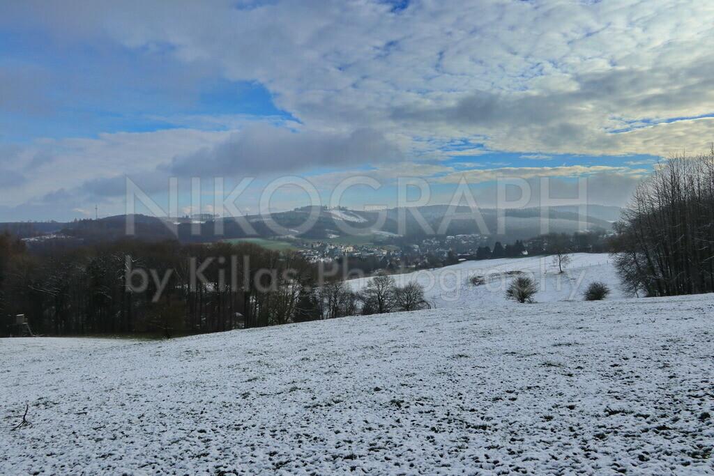 Winterlicher Ausblick auf Hemer-Ihmert | Der Ausblick von Iserlohn-Kesbern nach Hemer-Ihmert im Winter. Eine idyllische Winterlandschaft unter einer leichten Schneedecke.