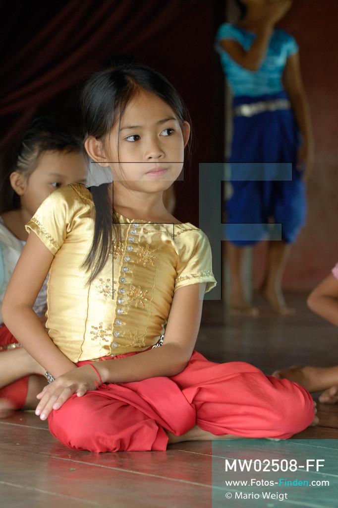 MW02508-FF | Kambodscha | Phnom Penh | Reportage: Apsara-Tanz | Porträt einer Tanzschülerin in der Tanzschule. Sie lernt den Apsara-Tanz. Sechs Jahre dauert es mindestens, bis der klassische Apsara-Tanz perfekt beherrscht wird. Kambodschas wichtigstes Kulturgut ist der Apsara-Tanz. Im 12. Jahrhundert gerieten schon die Gottkönige beim Tanz der Himmelsnymphen ins Schwärmen. In zahlreichen Steinreliefs wurden die Apsara-Tänzerinnen in der Tempelanlage Angkor Wat verewigt.   ** Feindaten bitte anfragen bei Mario Weigt Photography, info@asia-stories.com **