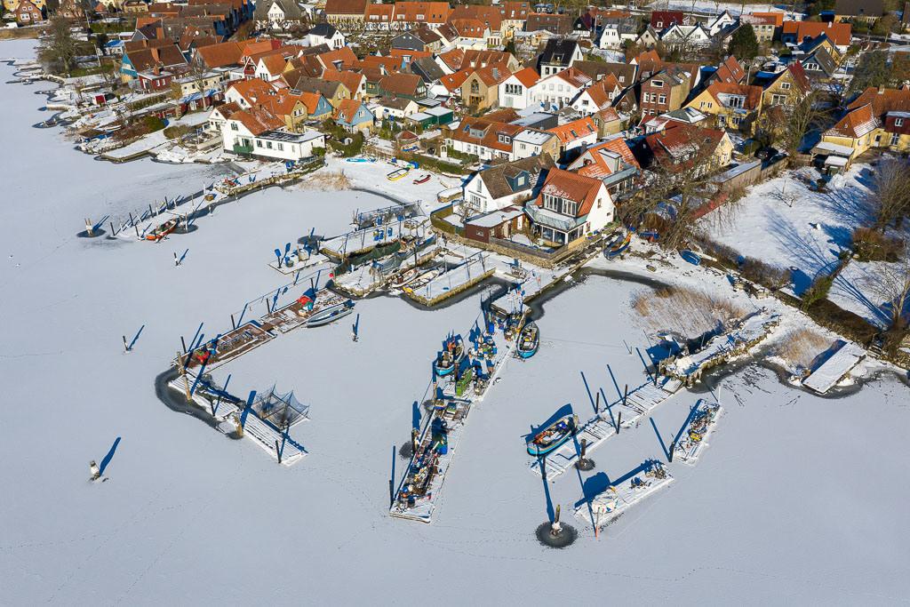 Fischersiedlung Holm in Schleswig © Holger Rüdel | Im Eis der Schlei: Landungsbrücken und Boote in der Fischersiedlung Holm in Schleswig aus der Vogelperspektive