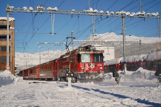 Ge 4/4 II 630   Die Ge 4/4 II mit Ihrem Wagen verlässt den Bahnhof Daovs Platz.