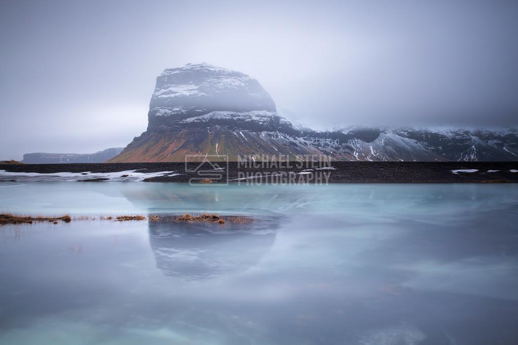 Island - Lomagnupur | Spiegelung Berg Lomagnupur im Nebel