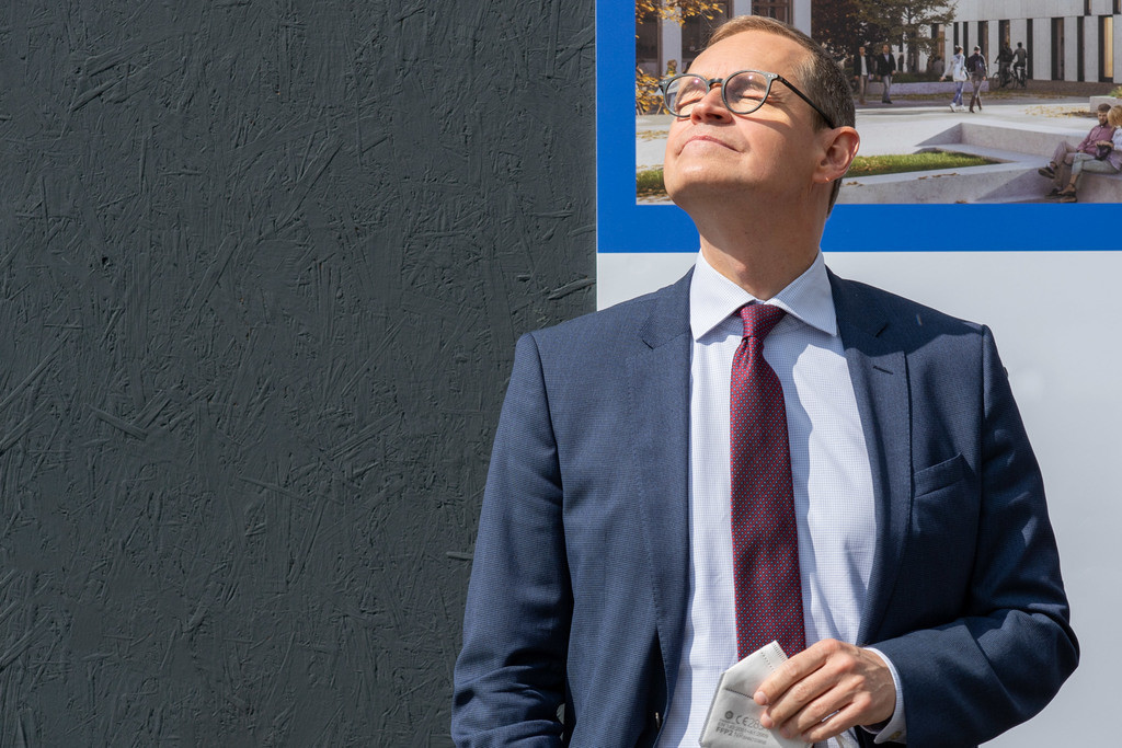 Körpersprache: Berlins Regierender Bürgermeisrter | Müller gnießt die Sonne