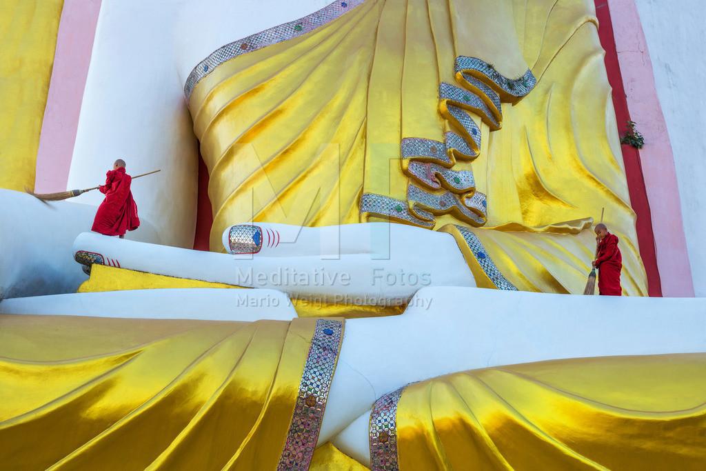 Reiningungszeremonie | Zwei Novizen reinigen eine Buddha-Statue in Bago