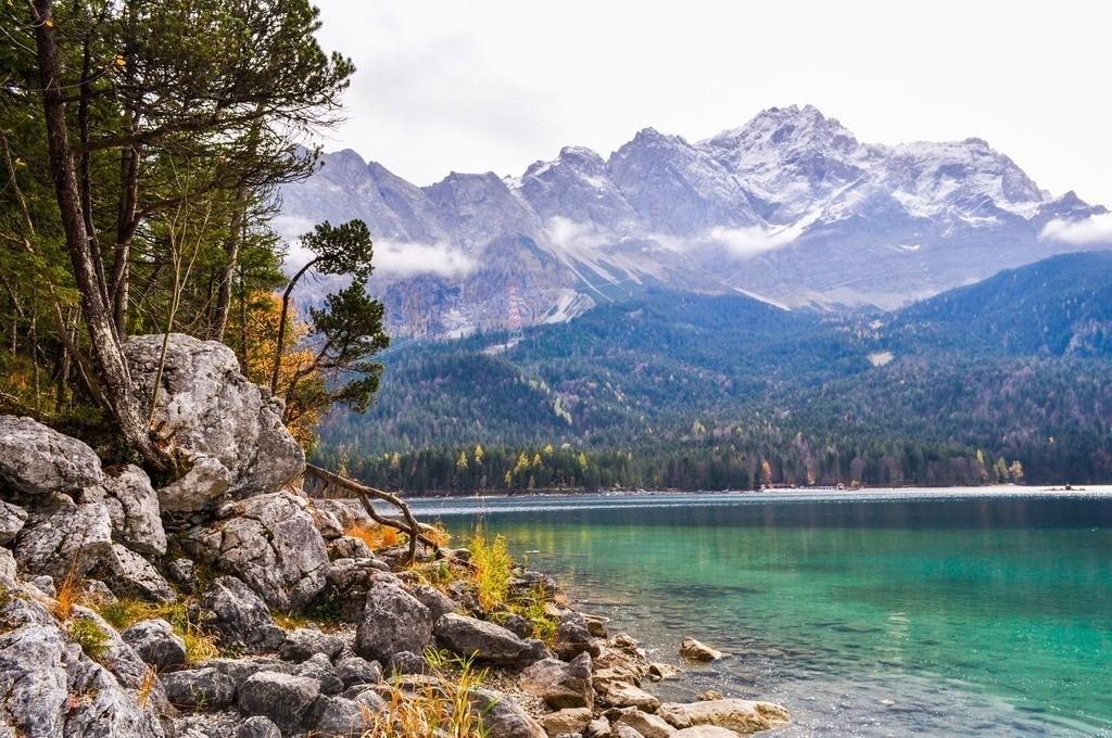 Herbststimmung am Eibsee   Kristallklarer See am Rande der Zugspitze
