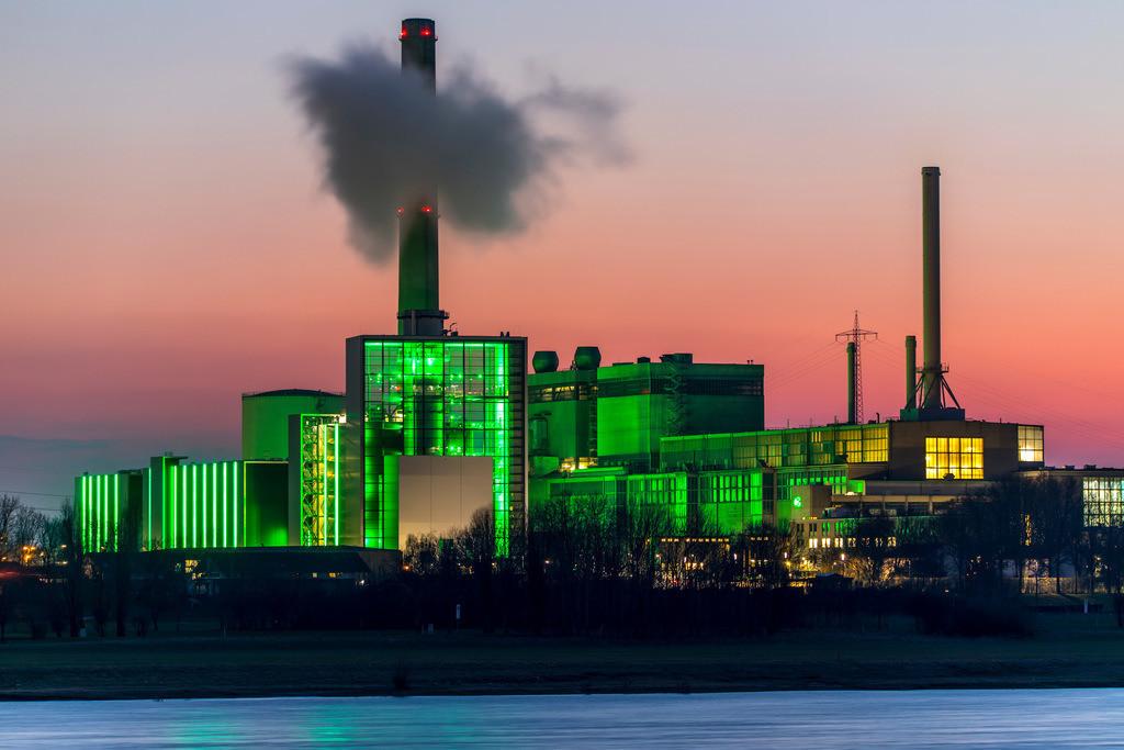 JT-180222-017 | Das Heizkraftwerk Lausward in Düsseldorf, Gas- und Dampfturbinenkraftwerk, betrieben von den  Stadtwerken Düsseldorf und EnBW, im Hafen von Düsseldorf am Rhein, grün beleuchtetes Stadtfenster, der Kamin des Krafwerksblock Fortuna, das Kraftwerk erzeugt Strom, auch Bahnstrom und Fernwärme,