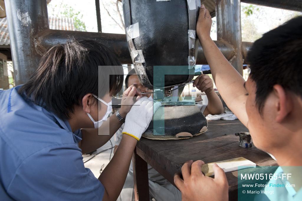 MW05165-FF | Thailand | Lampang | Reportage: Krankenhaus für Elefanten | Angestellte von Prostheses Foundation modifizieren die neue Beinprothese für die Elefantenkuh Motala.    ** Feindaten bitte anfragen bei Mario Weigt Photography, info@asia-stories.com **