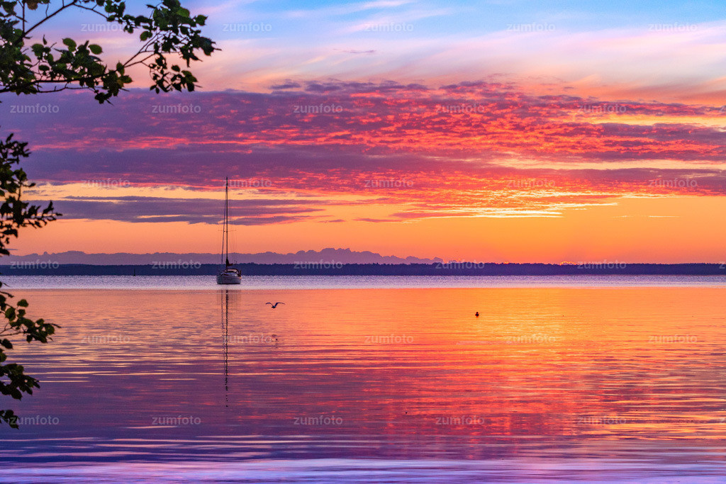 180812_0540-0250 | Sonnenaufgang an der Müritz mit Segelboot.   ⠀⠀⠀⠀⠀⠀⠀⠀⠀ Das Bild entstand im August kurz vor Sonnenaufgang. Der Aufnahmeort ist beim Zeltplatz von Ludorf welcher ca. 30 km von Waren (Müritz) entfernt ist. ⠀⠀⠀⠀⠀⠀⠀⠀⠀ --Dateigröße 5400 x 3600 Pixel--