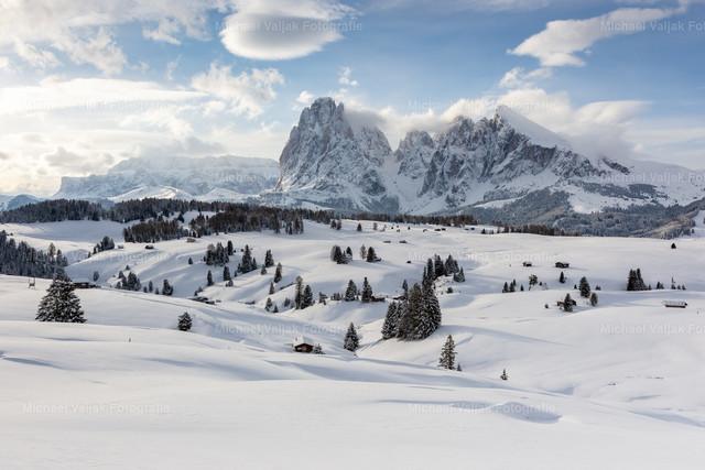 Die Seiser Alm im Winter | Eingeschneite Landschaft auf der Seiser Alm kurz nach Sonnenaufgang.