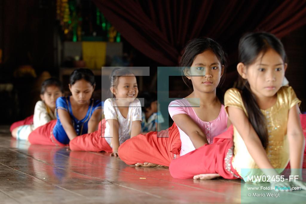 MW02455-FF | Kambodscha | Phnom Penh | Reportage: Apsara-Tanz | Für die Schülerinnen der Tanzschule beginnt jede Tanzstunde mit Aufwärmübungen. Sechs Jahre dauert es mindestens, bis der klassische Apsara-Tanz perfekt beherrscht wird. Kambodschas wichtigstes Kulturgut ist der Apsara-Tanz. Im 12. Jahrhundert gerieten schon die Gottkönige beim Tanz der Himmelsnymphen ins Schwärmen. In zahlreichen Steinreliefs wurden die Apsara-Tänzerinnen in der Tempelanlage Angkor Wat verewigt.   ** Feindaten bitte anfragen bei Mario Weigt Photography, info@asia-stories.com **