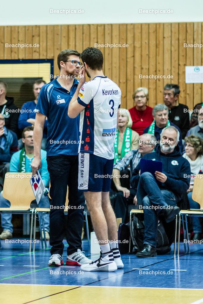 2016_048_BLM_Netzhoppers-Lüneburg   Halbzeitgespräch Lüneburger Trainer Stefan Hübner (SVG Trainer) mit Scott Michael Kevorken (SVG #3)