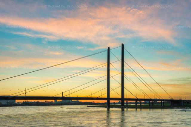 Rheinkniebrücke in Düsseldorf | Blick zur Rheinkniebrücke in Düsseldorf bei einem herrlichen Sonnenuntergang.