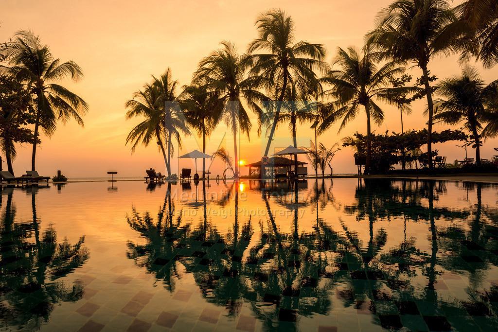 MW0115-6847 |  Sonnenuntergang am Ngwe Saung Beach. Pool vom Aureum Palace Resort