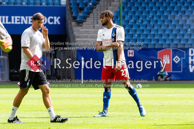 Fußball, Herren, Testspiel, Hamburger SV - FC Hansa Rostock, Volksparkstadion, 09.08.2020   Merlin Polzin (HSV Co-Trainer), Josha Vagnoman (#27 HSV)