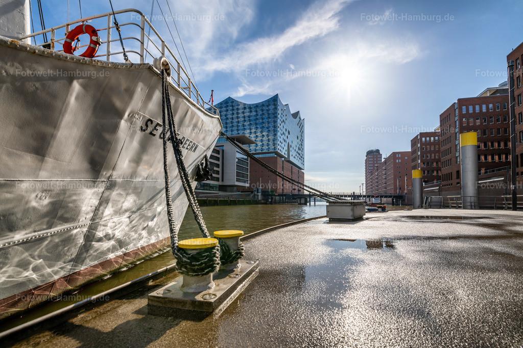 10210509 - Sandtorhafen im Sonnenlicht | Maritimes Stimmungsbild aus der Hamburger Hafencity mit Blick auf die Elbphilharmonie.