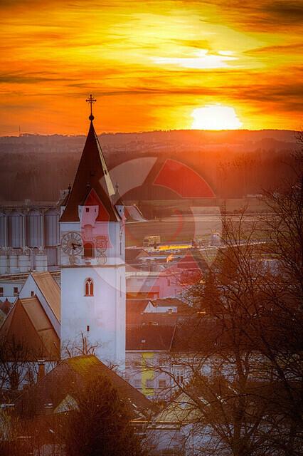 Abends über Perg   Blick vom Karlingbergergut auf den Perger Kirchturm am abend