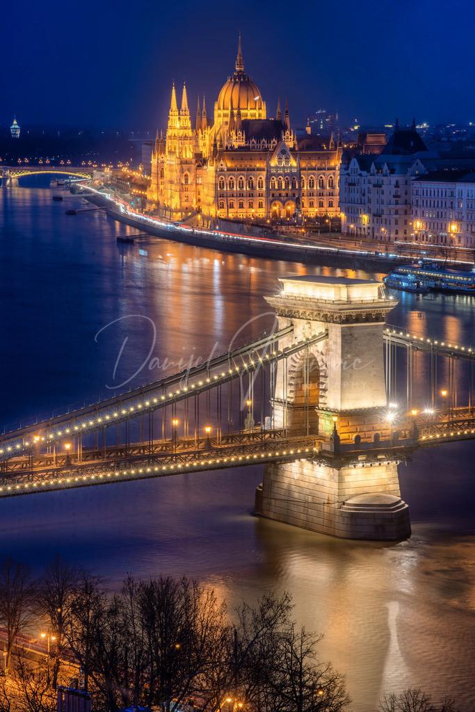 Kettenbrücke | Die Kettenbrücke mit dem Parlament
