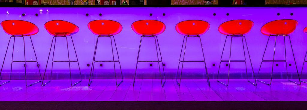 JT-160519-105 | Bar, Restaurant, Barhocker vor einer Pink beleuchteten Bar Theke,