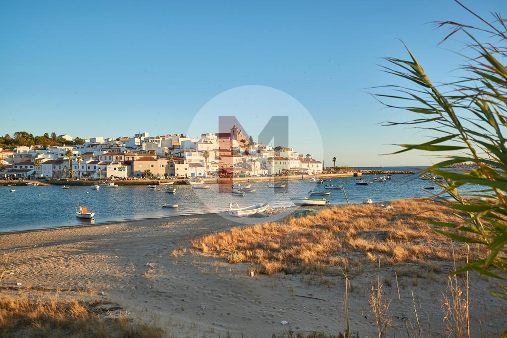Der Hafen von Ferragudo an der Algarve in Portugal