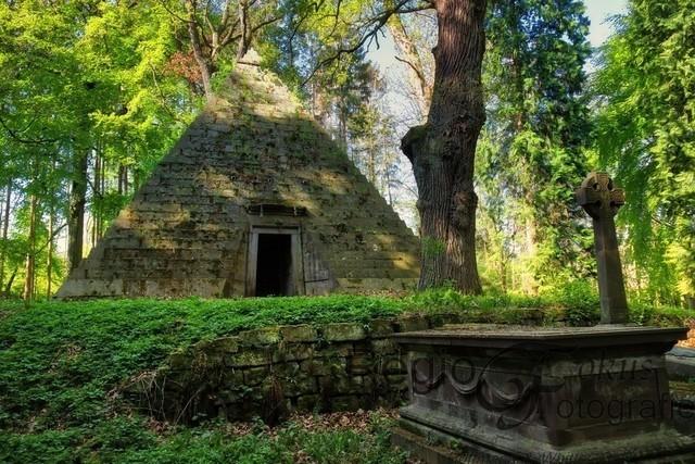 Pyramide bei Derneburg | Das Mausoleum wurde von Georg Ludwig Friedrich Laves für Graf Ernst zu Münster 1839 erbaut.