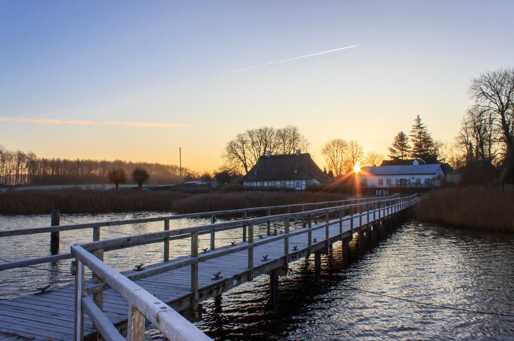 Sieseby an der Schlei   Steg in Sieseby im Winter bei aufgehender Sonne