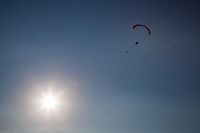 Gleitschirmflieger und Sonnenstern | An der Winde Gestarteter Gleitschirm in Görlitz