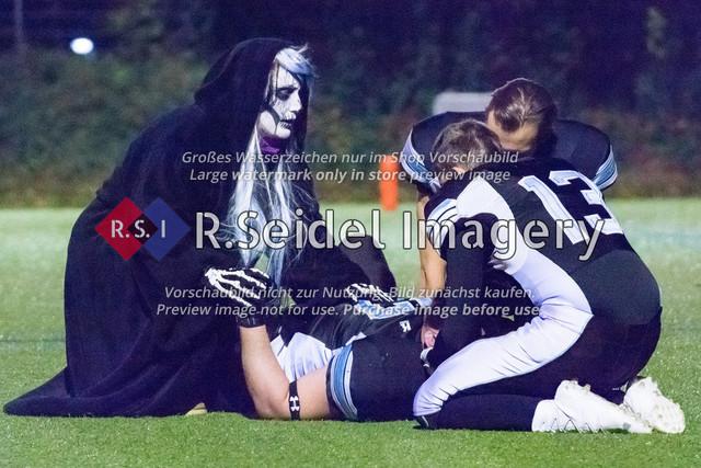 An Halloween ist der Tod immer präsent. Da haben die Verletzten auf dem Feld nichts zu lachen. | Foto des Volvo Krüll Halloween Game XI der Hamburg Ravens gegen die Berlin Knights vom 27.10.2018 auf der Jahnhöhe.