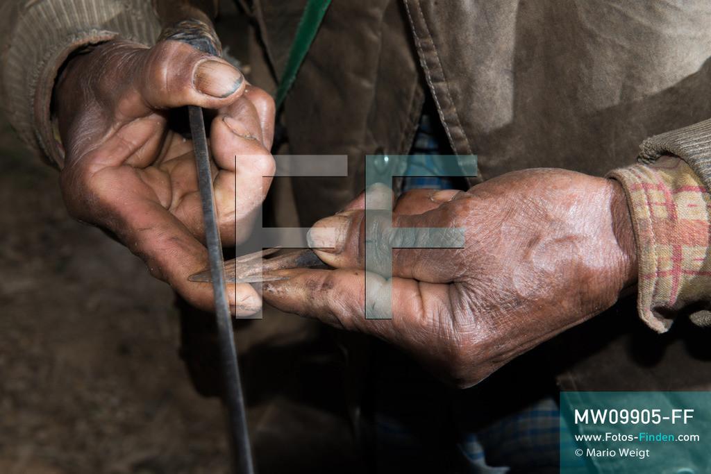 MW09905-FF   Myanmar   Mindat   Reportage: Mindat im Chin State   U Dang Ling, ein ehemaliger Jäger vom Bergvolk der Chin im Dorf Yetha, ging mit Pfeil und Bogen in den Wald. Jagd war ein fester Bestandteil im täglichen Leben der Chin-Männer.   ** Feindaten bitte anfragen bei Mario Weigt Photography, info@asia-stories.com **