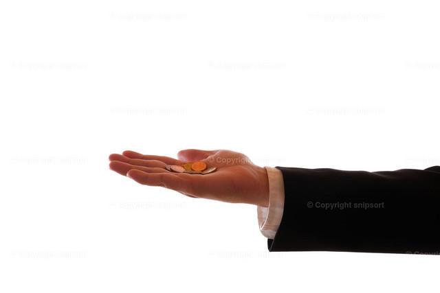 Hand mit Kleingeld | Eine ausgestreckte Hand im Anzug mit einigen Münzen vor weissem Hintergrund