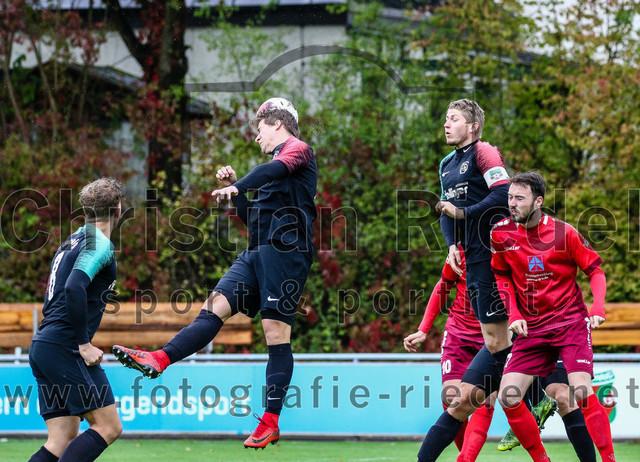 2020-09-26_016_FC_Schwaig_gegen_FC_Schwabing_Muenchen   Oberding, Deutschland, 26.09.2020: Fußball, Bezirksliga Nord 2019 / 2020, 22. Spieltag, FC Schwaig gegen FC Schwabing München, Endergebnis: 5:1  Nils Wölken (FC Schwaig, #8), Benjamin Held (FC Schwaig, #17), Tobias Jell (FC Schwaig, #2), Luca Dwertmann (FC Schwabing München, #17)  Foto: Christian Riedel / fotografie-riedel.net
