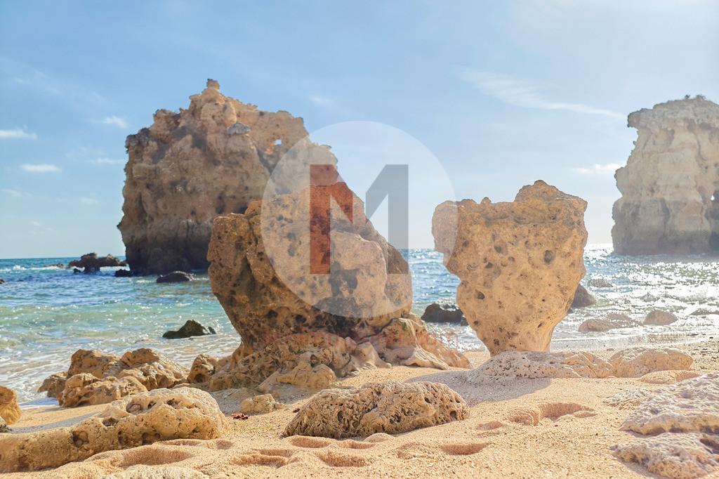 Am Strand an der Algarve in Portugal