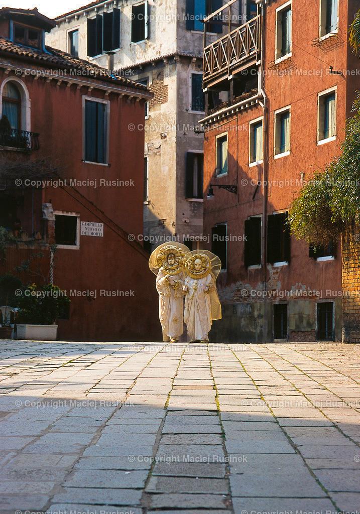 Venedig_13 | Karneval in Venedig, Campiello Neovo o die Morti Aufnahme auf konventionellen Dia Film Material von Fuji Velvia Prof im Jahr 1992, mit Mittelformat Kamera 4,5x6 cm, hochauflösend gescannt,