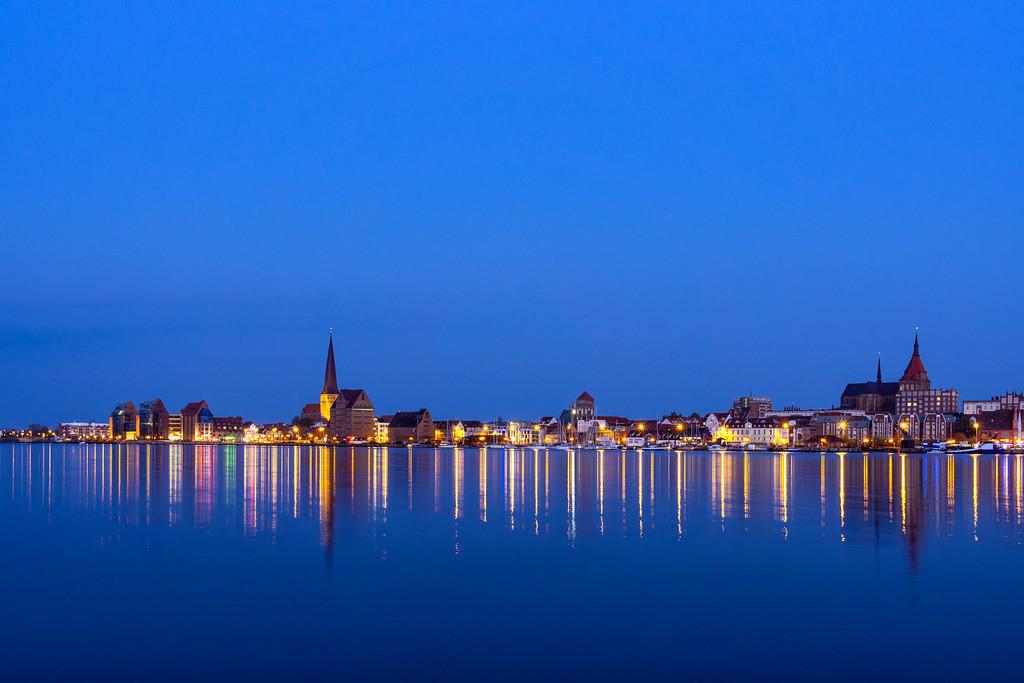 Blick über die Warnow auf die Stadt Rostock am Abend | Blick über die Warnow auf die Stadt Rostock am Abend.