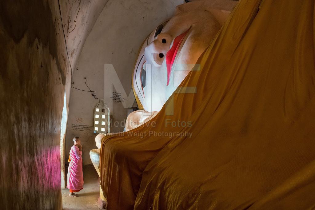 MW0115-1569 | Myanmar: Buddhistische Nonne beim Beten vor einem liegenden Buddha in der Tempelebene Bagan