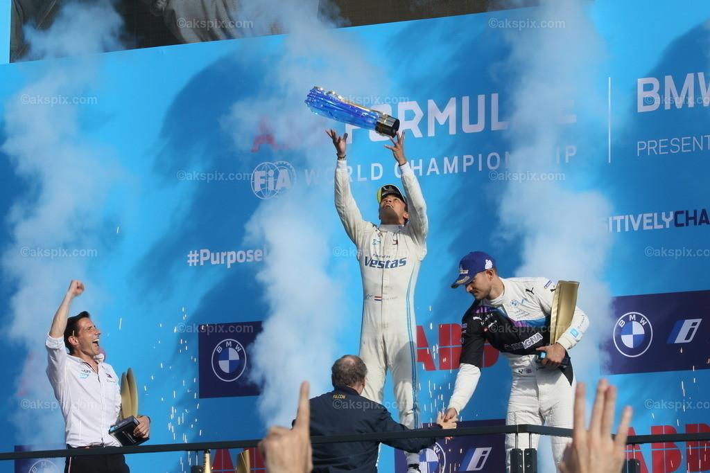 Nyck de Vries gewinnt die Formel-E-Weltmeisterschaft 2020/21 in  | Der Niederländer Nyck de Vries vom Team Mercedes-Benz EQ  gewinnt die Formel-E-Weltmeisterschaft 2020/21 in Berlin. Der BMW i Berlin E-Prix presented by CBMM Niobium ist das Finale von Saison 7 der ABB FIA Formula E World Championship. Das Bild zeigt Nyck de Vries auf dem Podium.