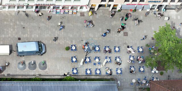 Straßencafé am Ulmer Münsterplatz | DEU, Deutschland, Filderstadt, 12.06.2012, DEU, Deutschland, Baden-Württemberg, Ulm, Innenstadt, Blick vom Westturm des Ulmer Münster auf ein Straßencafé am Münsterplatz