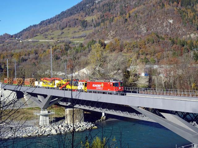 RhB Ge 4/4 II 623 | Ein Bauzug überquert gerade den Rhein. Er kommt aus Richtung Thusis und fährt weiter in Richtung Chur. Unterhalb dieser Brücke befindet sich der Zusammnefluss von Vorder- und Hinterrhein. Hier beginnt der 1.232,7 km lange Fluss durch West- und Mitteleuropa.