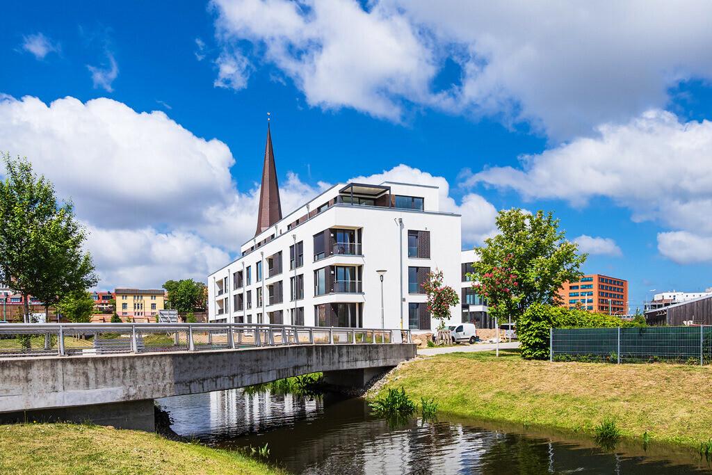Moderne Gebäude und Petrikirche in der Hansestadt Rostock | Moderne Gebäude und Petrikirche in der Hansestadt Rostock.
