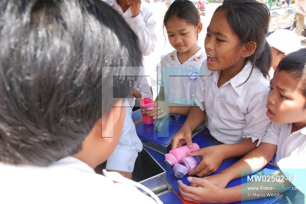MW02502-FF | Kambodscha | Phnom Penh | Reportage: Apsara-Tanz | Tanzschülerin Sivtoi kauft sich in der Pause vor der Schule gern Eis. Sie lernt den Apsara-Tanz in einer Tanzschule. Sechs Jahre dauert es mindestens, bis der klassische Apsara-Tanz perfekt beherrscht wird. Kambodschas wichtigstes Kulturgut ist der Apsara-Tanz. Im 12. Jahrhundert gerieten schon die Gottkönige beim Tanz der Himmelsnymphen ins Schwärmen. In zahlreichen Steinreliefs wurden die Apsara-Tänzerinnen in der Tempelanlage Angkor Wat verewigt.   ** Feindaten bitte anfragen bei Mario Weigt Photography, info@asia-stories.com **