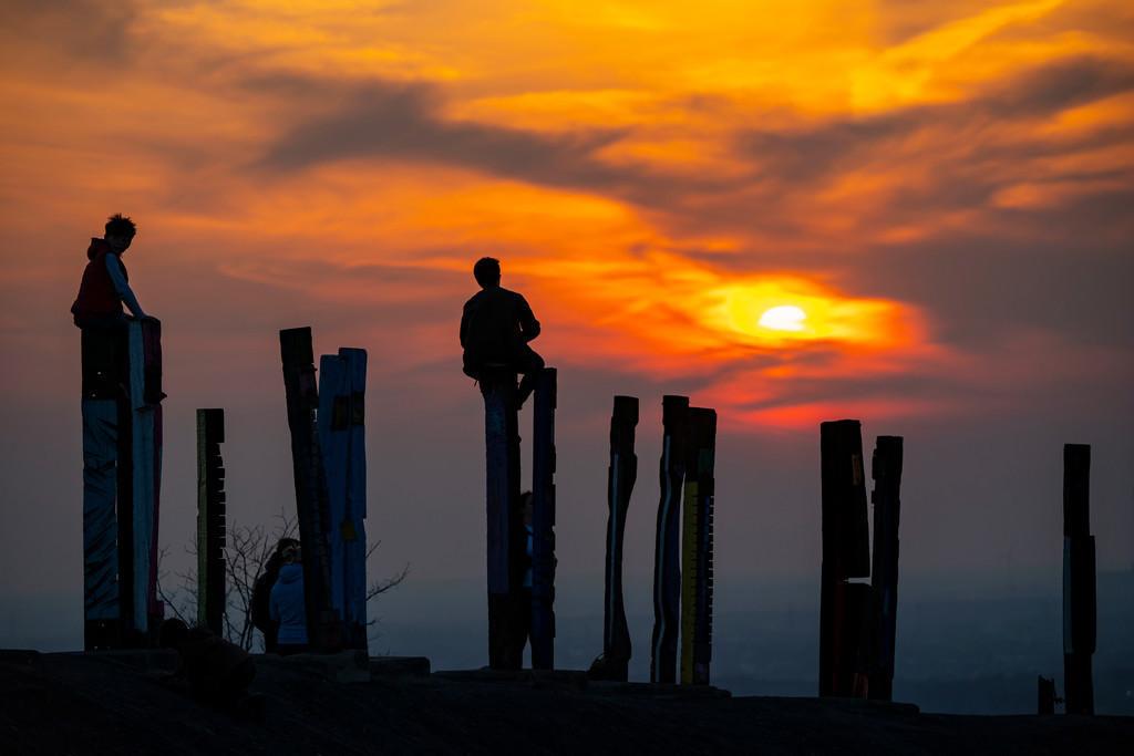 JT-200407-031 | Die Halde Haniel, 185 Meter hohe Bergehalde, am 2019 stillgelegtem Bergwerk Prosper Haniel, Kunstwerk Totems des Bildhauers Augustin Ibarrola, Sonnenuntergang, Bottrop, Deutschland,