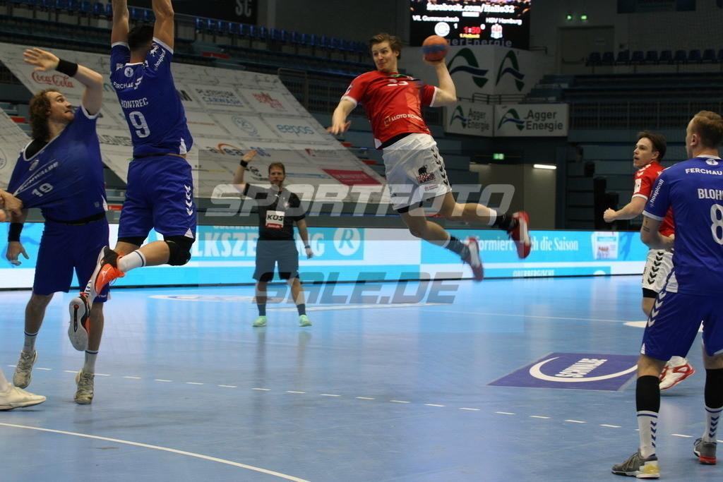 VFL Gummersbach - HSV Hamburg | Jan Forstbauer (HSV, mitte) hebt ab - © by Sportfoto-Sale.de