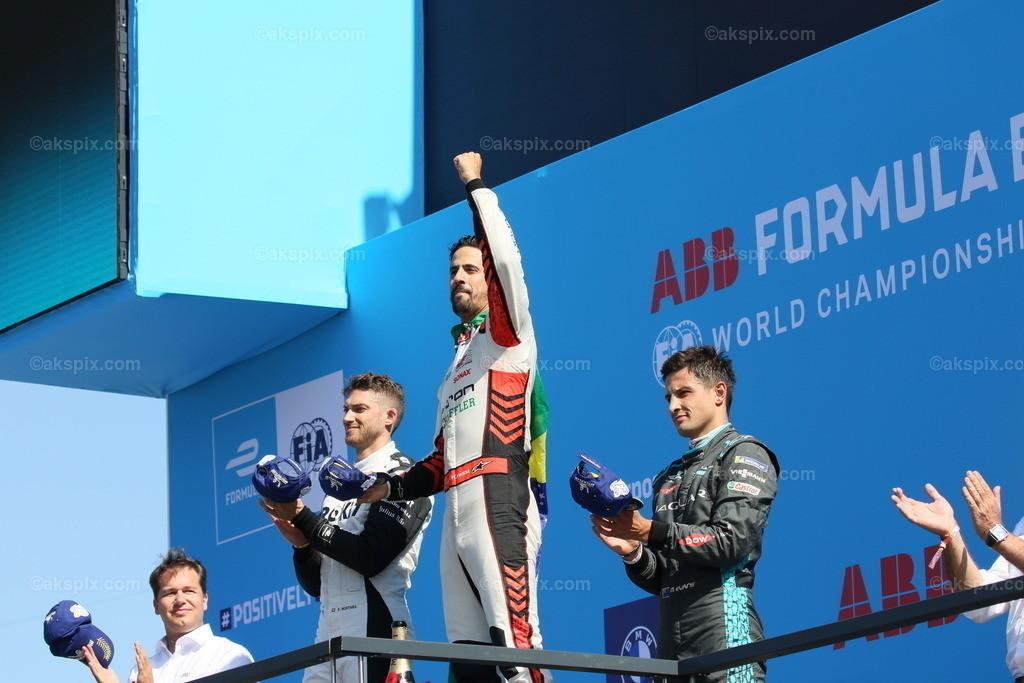 Lucas Di Grassi gewinnt Runde 14. beim BMW i Berlin E-Prix 2021   Lucas Di Grassi vom Team Audi Sport Abt Schaeffler gewinnt Runde 14. beim BMW i Berlin E-Prix presented by CBMM Niobium. Edoardo Mortara (SUI)  vom Team ROKiT Venturi Racing gewinnt den zweiten Platz und Mitch Evans (NZL) vom Team Jaguar Racing gewinnt den dritten Platz. Die Formel E ist am 14. und 15. August zu einem Doppelrennen zum siebenten Mal in Berlin. Die elektrische Rennserie 2020/2021 findet auf dem ehemaligen Flughafen Tempelhof statt. Das Bild zeigt Jean-Eric Vergne.  Der BMW i Berlin E-Prix presented by CBMM Niobium ist das Finale von Saison 7 der ABB FIA Formula E World Championship. Die E Weltmeisterschaft ist zurück in Berlin mit einem Doppelrennen zum Finale der Saison 2020/21.
