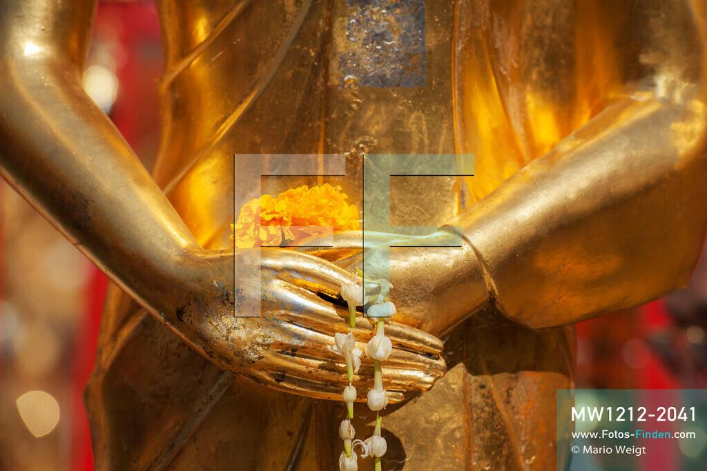 MW1212-2041 | Thailand | Chiang Mai | Meditative Fotos | Hände vom Wochentagsbuddha Sonntag im Wat Phra That Doi Suthep  ** Feindaten bitte anfragen bei Mario Weigt Photography, info@asia-stories.com **