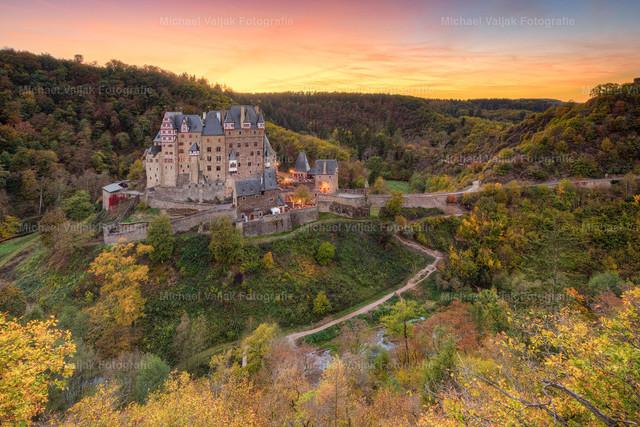 Burg Eltz im Herbst   Blick auf die Burg Eltz bei Wierschem in Rheinland-Pfalz bei einem herrlich bunten Sonnenuntergang.