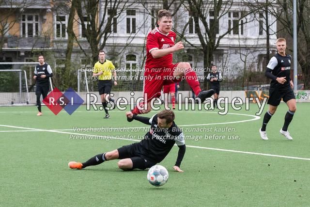 Fußball, Herren, Mercado Cup 2020, TSV Sasel (Oberliga) - FC Teutonia Ottensen 05 (Oberliga), Sportplatz Kreuzkirche, 02.02.2020 | Jean-Lucas Gerken (#22, Sasel), Felix Vobejda (#11, Teutonia)