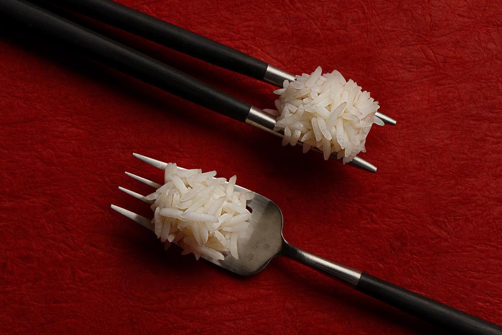 Begegnung der Kulturen | Reis serviert mit Stäbchen begegnet Reis auf einer Gabel