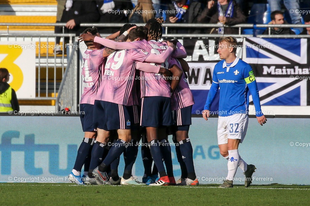 191221svdvshsv_0586 | 21.12.2019 Fussball 2.Bundesliga, SV Darmstadt 98-Hamburger SV emspor, despor  v.l.,  Spieler von Hamburger SV  jubeln,Torjubel, Goal celebration, celebrate the goal , Fabian Holland (SV Darmstadt 98) enttaeuscht, enttaeuscht schauend, dissapointed    (DFL/DFB REGULATIONS PROHIBIT ANY USE OF PHOTOGRAPHS as IMAGE SEQUENCES and/or QUASI-VIDEO)