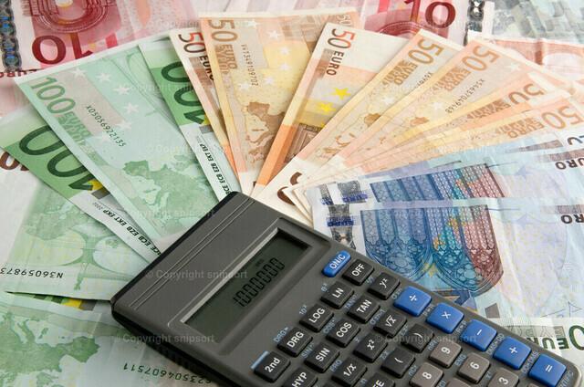 Taschenrechner über Geldscheinen